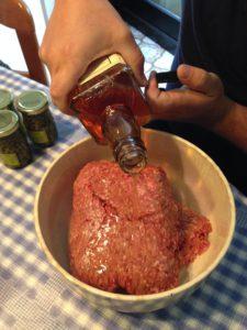 Doe 2 shots Honey Whiskey bij het gehakt