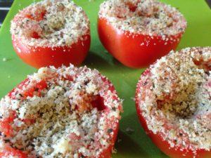 Gegrilde tomaten, bestrooi rijkelijk met het kruidenmengsel