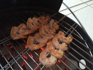 grill de Scampi met frisse limoenmarinade direct boven de kolen