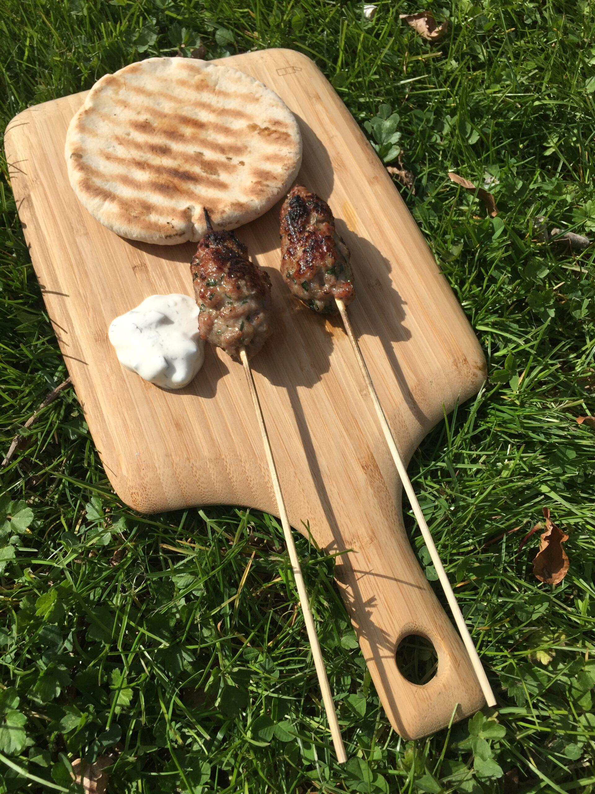 Mini kebab op de BBQ met tzazikki en turks brood