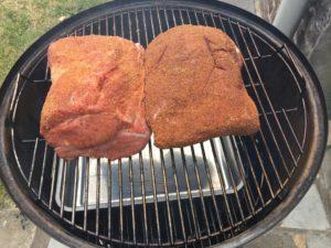 leg de pulled pork op de smoker om te roken