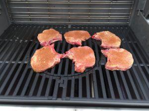 grill de varkenskotelet met bbq rub op de bbq