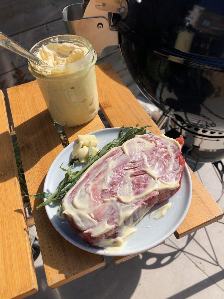 Wrijf de steak in met mayonaise voor de mayosear