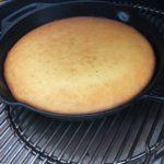 klaargemaakte cornbread op de bbq